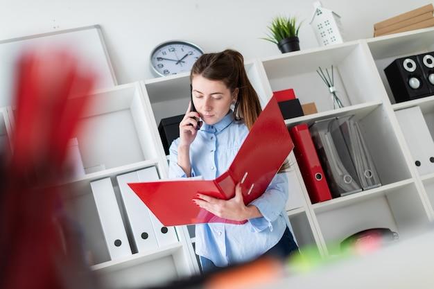Une jeune fille dans le bureau se tient près du refuge Photo Premium