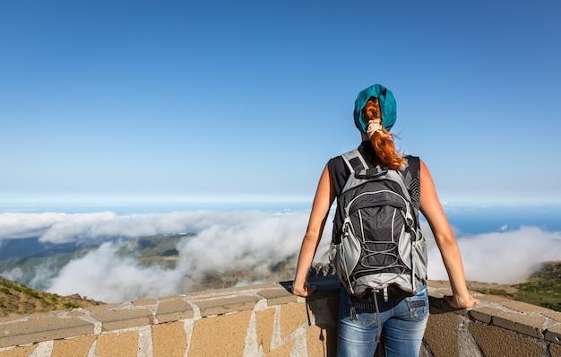 Jeune Fille Dans Les Montagnes Photo Premium