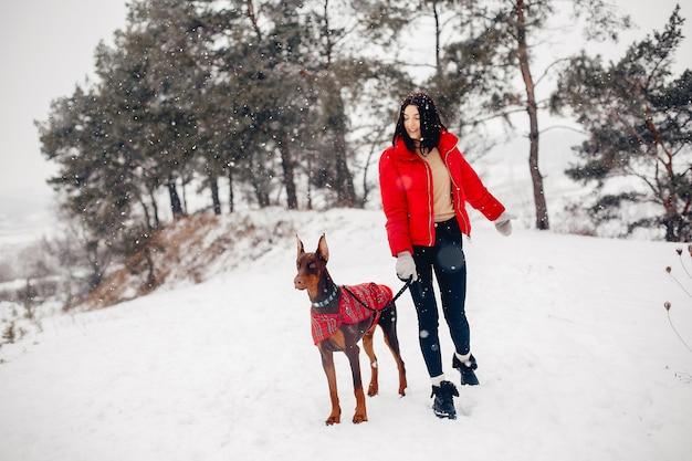 Jeune fille dans un parc d'hiver Photo gratuit