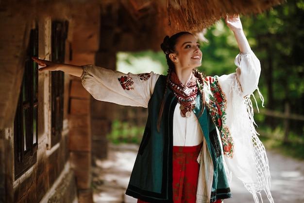 Jeune Fille Dans Une Robe Ukrainienne Colorée Danse Et Sourit Photo gratuit