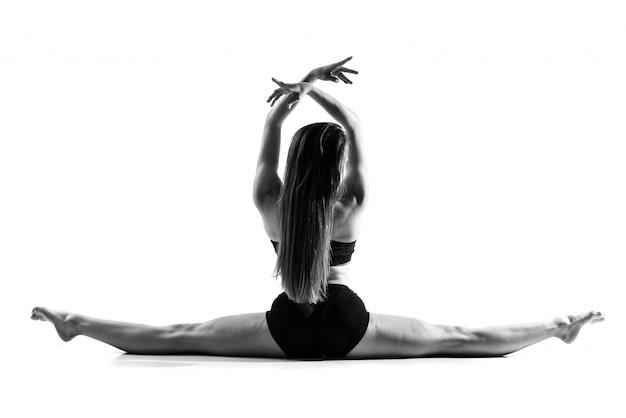 Jeune fille danse sur blanc isolé Photo Premium
