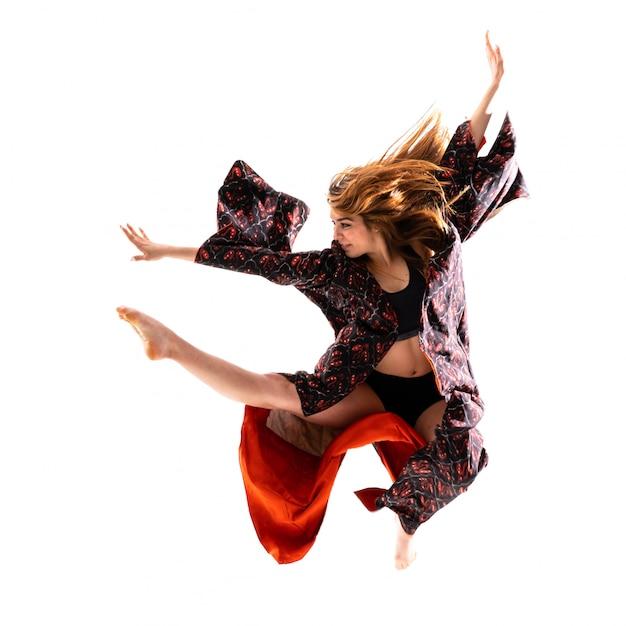 Jeune fille danse avec kimono sautant Photo Premium