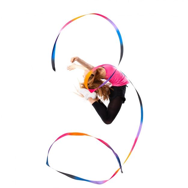 Jeune fille danse sur saut blanc isolé Photo Premium