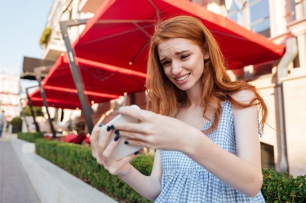 Jeune Fille Décontractée, Jouer à Des Jeux Sur Téléphone Mobile Photo gratuit
