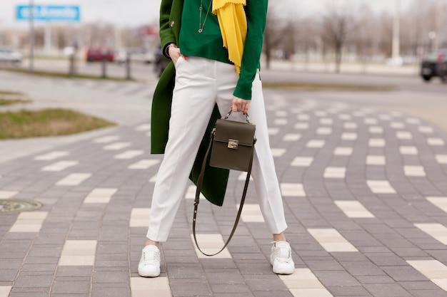 Jeune Fille élégante En Pantalon Blanc, Manteau Vert Chaud Photo Premium