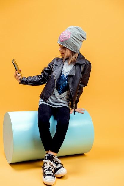 Jeune fille élégante prenant selfie Photo Premium