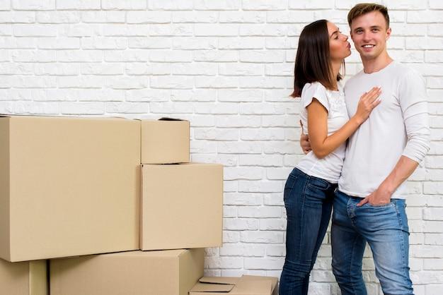 Jeune fille embrasse son petit ami en souriant Photo gratuit