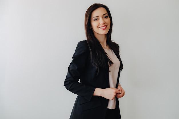 Jeune fille émotive attrayante dans les vêtements de style d'affaires Photo Premium