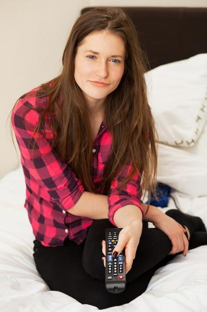 Jeune fille émotive avec console de télévision Photo gratuit