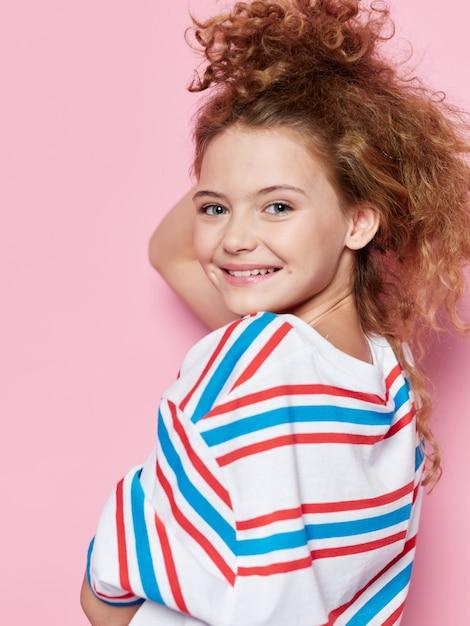 Jeune Fille Enfant Posant Dans Des Vêtements élégants Photo Premium