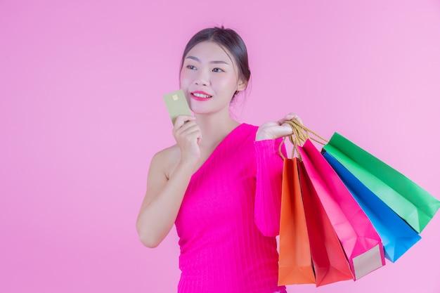 La jeune fille est titulaire d'un sac de shopping et de beauté Photo gratuit