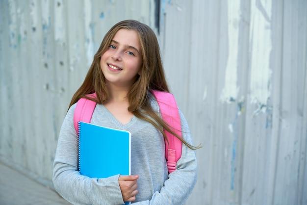 Jeune fille étudiante blonde à l'école Photo Premium