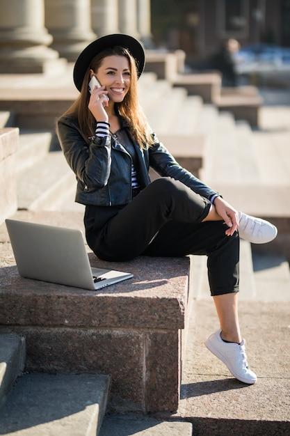 Jeune Fille étudiante Femme D'affaires Travaille Avec Son Ordinateur Portable De Marque Dans Le Centre-ville Photo gratuit