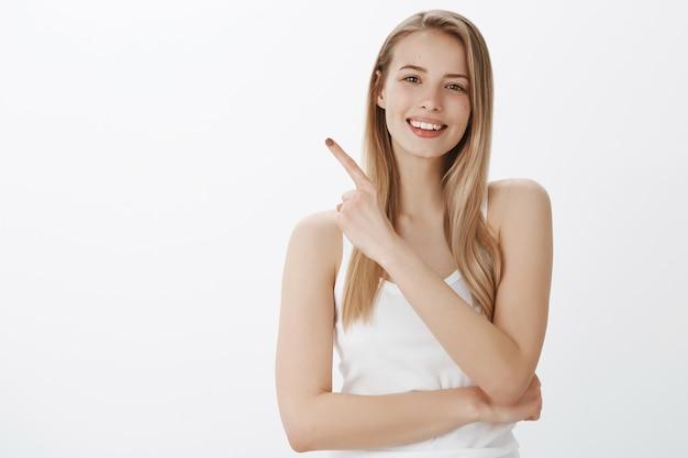 Jeune Fille Expressive Aux Cheveux Blonds Photo gratuit