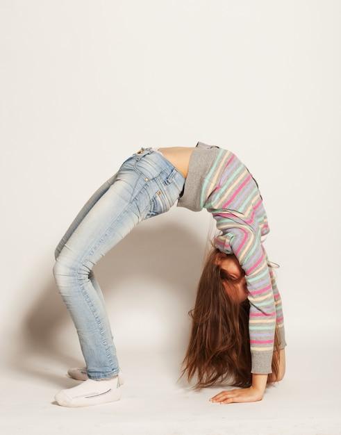 Jeune fille faisant de la gymnastique Photo Premium