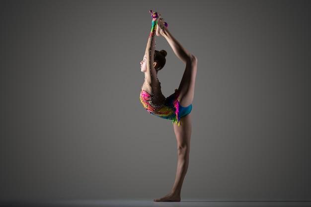 Jeune fille de gymnast qui se couche debout avec mace Photo gratuit