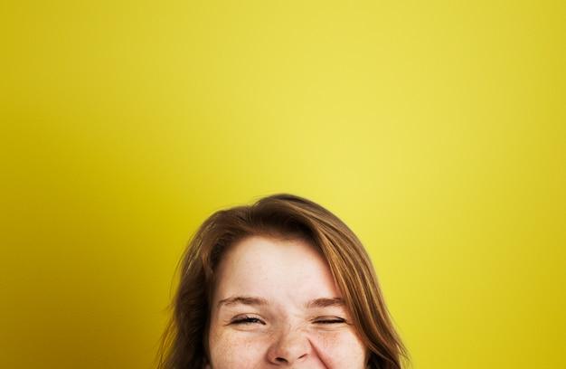 Une jeune fille heureuse Photo gratuit