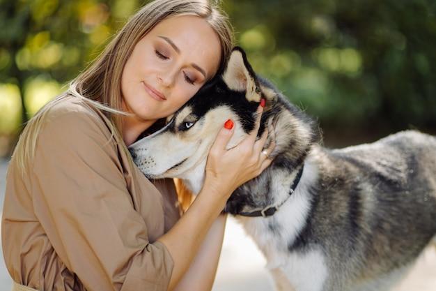 Jeune fille et husky Photo gratuit