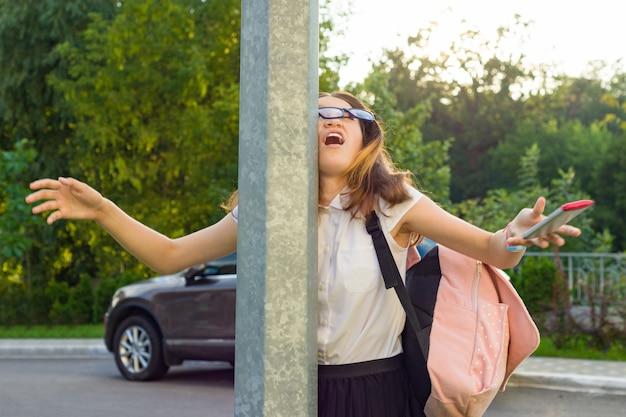 Jeune Fille Inattentive, Distrait Par Son Téléphone Portable Photo Premium