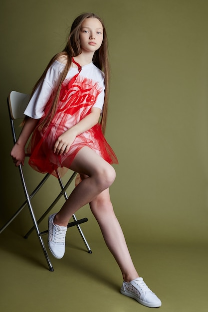 Jeune fille joyeuses émotions sur le visage de la fille Photo Premium