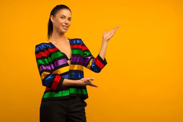 Jeune Fille Lesbienne Et Un Représentant De La Communauté Lgbt Posant Dans Une Veste à Colorier Drapeau Lgbtq Montre Quelque Chose Photo Premium