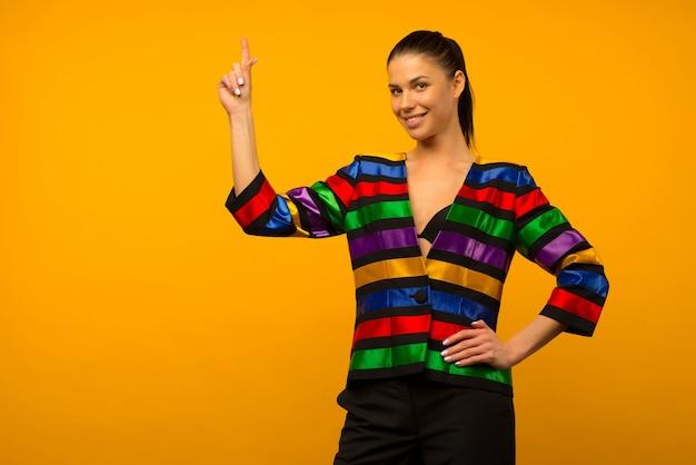 Jeune Fille Lesbienne Et Un Représentant De La Communauté Lgbt Posant Dans Une Veste à Colorier Drapeau Lgbtq Pointe Vers Le Haut Photo Premium