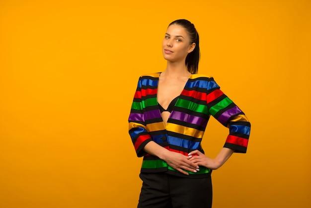 Jeune Fille Lesbienne Et Un Représentant De La Communauté Lgbt Posant Dans Une Veste à Colorier Drapeau Lgbtq Photo Premium