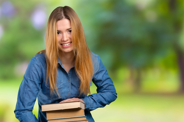 Jeune fille avec des livres Photo Premium