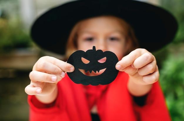 Jeune fille ludique profitant de la fête d'halloween Photo gratuit