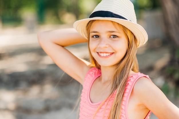 Jeune fille avec la main derrière la tête sur la plage Photo gratuit