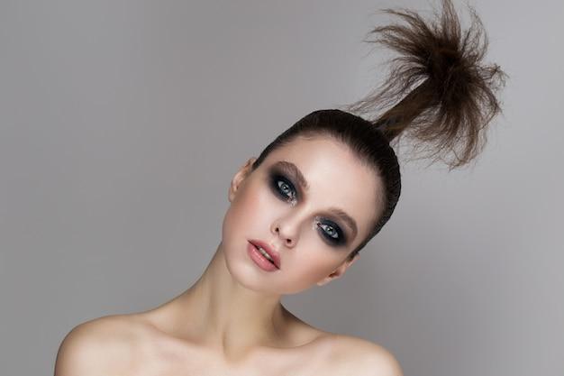 Une jeune fille avec un maquillage lumineux et une peau radieuse. Photo Premium