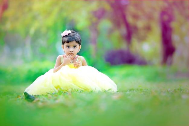 Jeune fille mignonne indienne wow expression Photo Premium