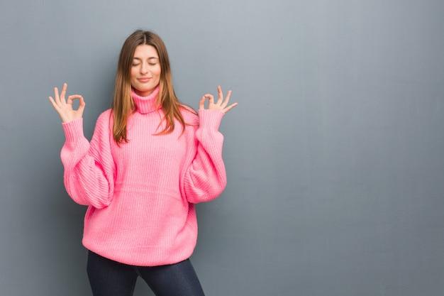 Jeune Fille Naturelle Russe Effectuant Le Yoga Photo Premium