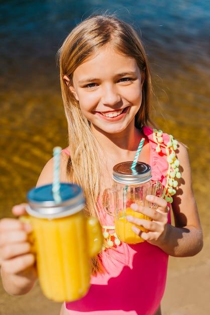 Jeune fille, offre, boisson, debout, sur, plage Photo gratuit