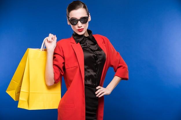 Jeune fille avec paquets Photo Premium