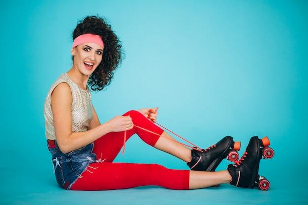 Jeune fille avec des patins à roulettes isolés Photo gratuit