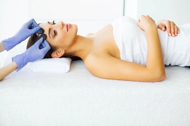 Jeune fille avec une peau propre dans le salon spa. Photo Premium
