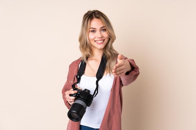 Jeune Fille Photographe Sur Isolé Se Serrant La Main Pour Conclure Une Bonne Affaire Photo Premium