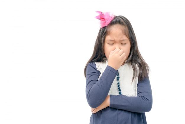 Jeune fille pince le nez avec les doigts, les mains avec dégoût Photo Premium