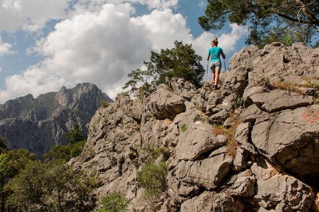 Jeune fille pose au sommet de la montagne Photo Premium