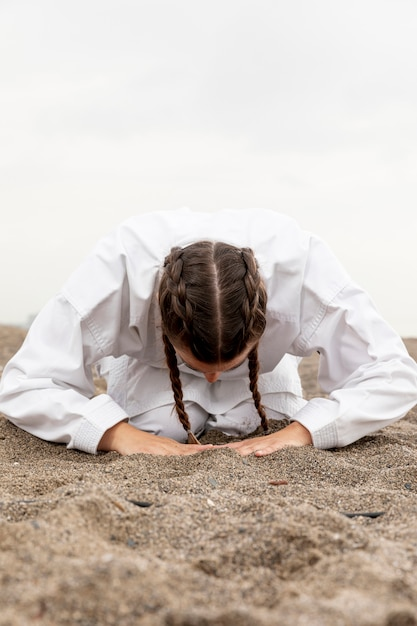 Jeune fille pratiquant les arts martiaux en plein air Photo gratuit