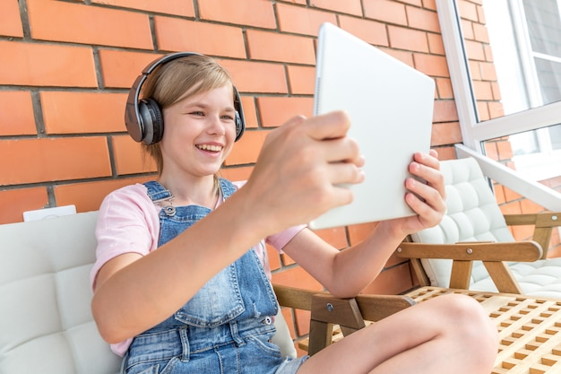 Une Jeune Fille Profitant D'écouter De La Musique Sur Son Casque Avec Tablette Photo Premium