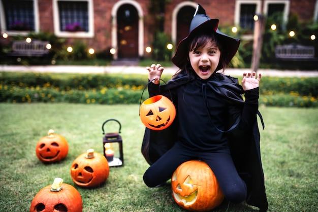 Jeune fille profitant de la fête d'halloween Photo gratuit