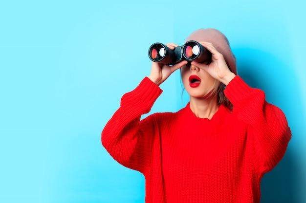 Jeune Fille En Pull Rouge Avec Des Jumelles Photo Premium