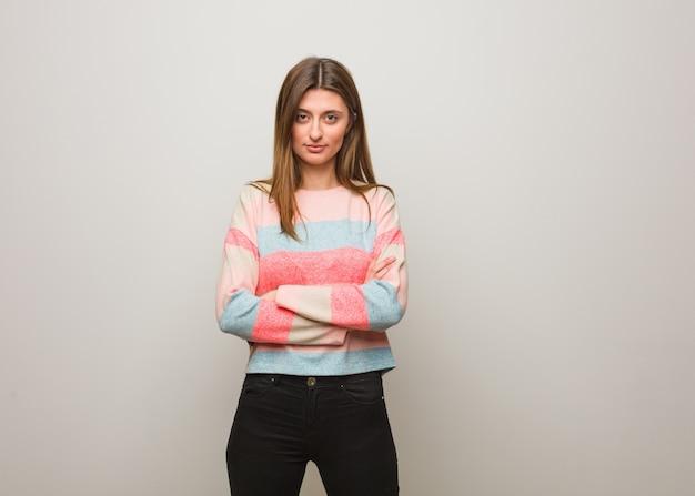 Jeune fille russe, bras croisés détendue Photo Premium