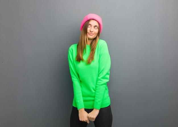 Jeune fille russe naturelle rêvant d'atteindre ses buts et objectifs Photo Premium