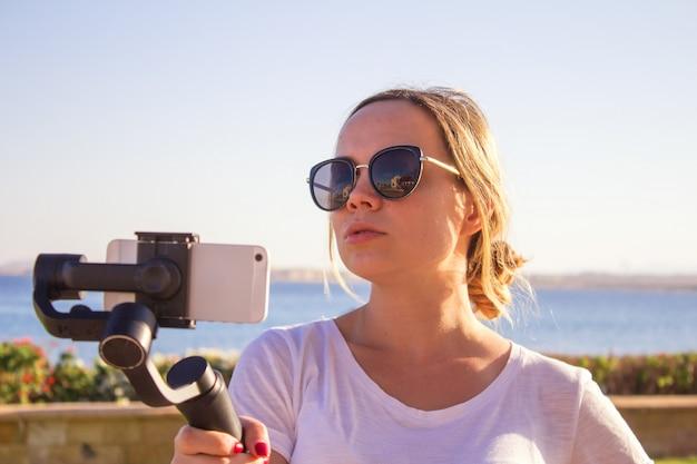 Jeune fille s'amusant avec les nouvelles tendances technologiques Photo Premium