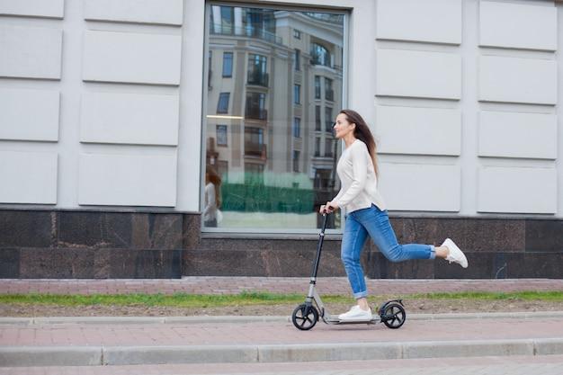 Une jeune fille sur un scooter. Photo Premium
