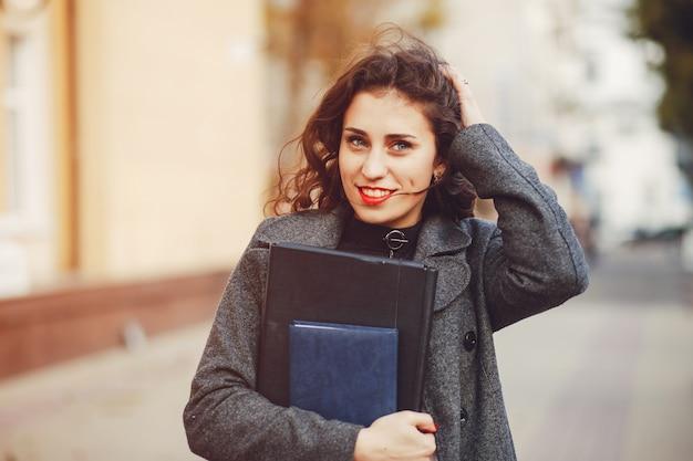 La jeune fille se promène dans les rues de la ville Photo gratuit