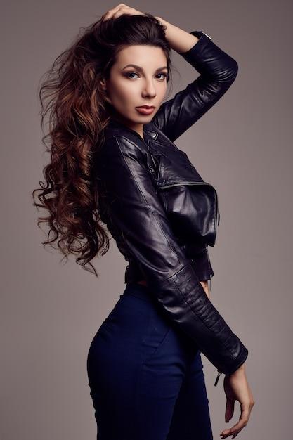 Jeune Fille Sexy Aux Cheveux Longs En Veste De Cuir Photo Premium